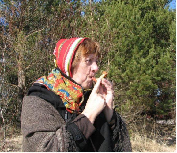 "Gunta Kiršteine, a singer from the Kūolka Livonian ensemble ""Laula"", calls together the bird wakers"