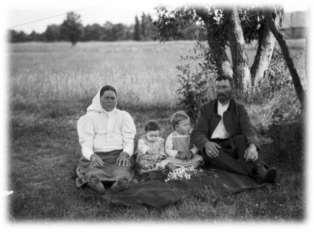 Nēze and Jānis Rozenfelds with their children in Īra, in 1912. Photo by Vilho Setälä
